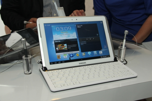 For those who prefer more physical keyboards, the Samsung GALAXY Note 10.1 will also have accessories such as this keyboard dock