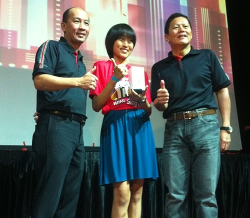 Student Ms. Liu Ting Ting is the first SingTel customer to purchase the iPhone 5. On her left is Mr. Allen Lew (CEO, Group Digital Life) and on her right is Mr. Yuen Kuan Moon (CEO, Consumer Singapore).