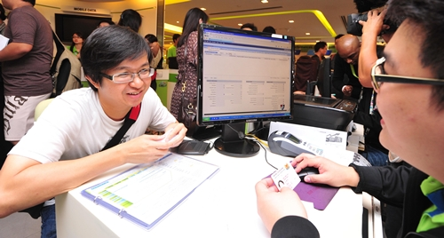 Mr. Roger Leow is StarHub's first customer to purchase the iPhone 5. (Image source: StarHub.)