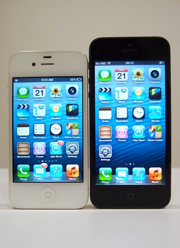 3.5-inch screen VS 4.0-inch screen! Yep, iPhone 5 users will get an additional row to place their icons.