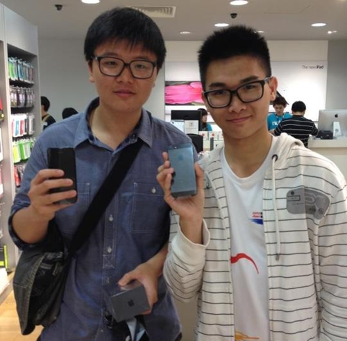 Felix and Angus are the first pair of customers to get their iPhone 5s from Nubox at Raffles City Shopping Centre.