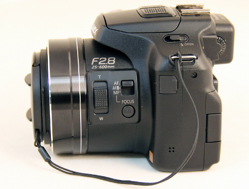 There's a zoom rocker as well as the autofocus mode switch located on the lens barrel.