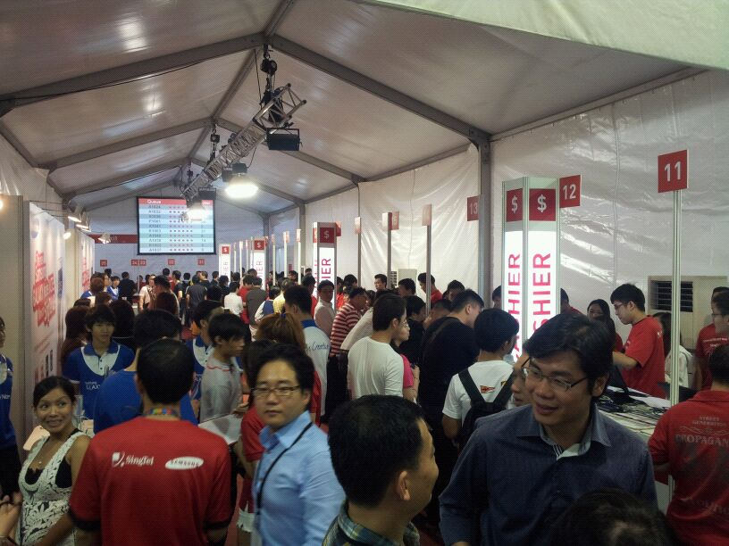 Singtel will have more than 4000 customers over the two days, with appointment bookings available for customers. But for now, the queuing continues; good news is, over 400 lucky Note II owners were attended to over a 2-hour period. (Source: Singtel)