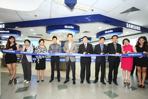 Senior management from both Samsung Asia and Challenger were present to officiate the opening of the flagship Samsung Experience Corner. (Image Source: Samsung Asia)