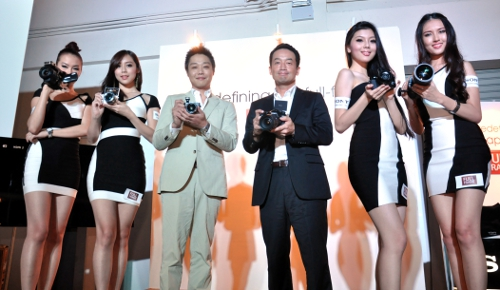 Kikuo Okura, Managing Director of Sony Malaysia (3rd from right) and Masahiko Ishida, Digital Imaging Product Marketing, Sony Malaysia (3rd from left) during the launch event.