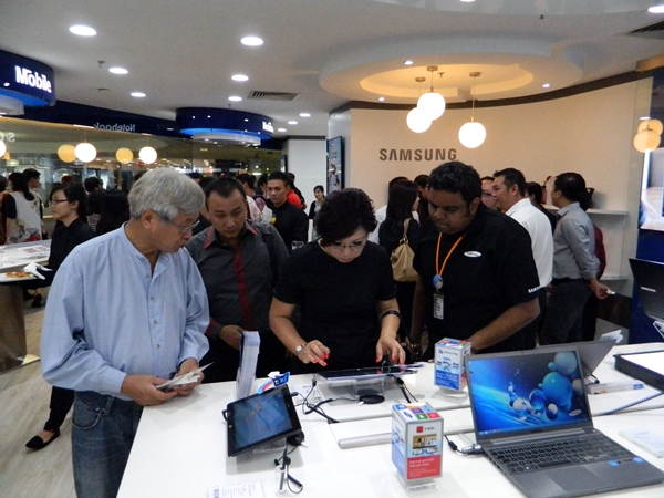 Visitors to the Experience Corner will receive the undivided attention of the Corner's product specialist as they go about exploring the Samsung products of their choice.