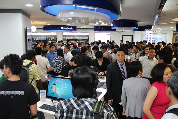 The Samsung Experience Corner in Challenger was officially opened at 7:30pm. It too attracted a huge crowd, with many checking out the Samsung ATIV Smart PC and Smart PC Pro, both running Windows 8.