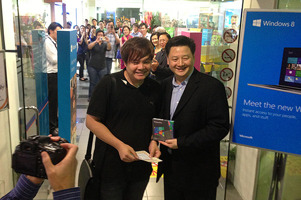 The first in line was Mr. Victor Lim (left in photo). This was him receiving Windows 8 Pro from Mr. Ben Tan, COO of Challenger. A long-time Windows user, Mr. Lim will be upgrading from Windows 7.