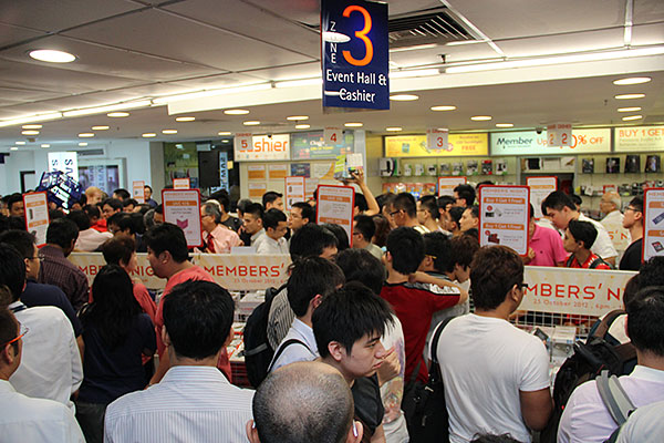 Over at Funan, the Challenger Members' Night commenced at 6pm. Many items were on discount. Just look at the turnout!