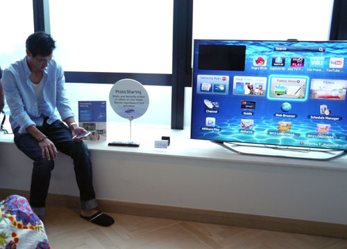 A model attempting to connect to the Smart TV's Family Story service via a smartphone.