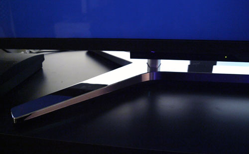Featured here is the shorter complimentary stand which accompanies the X9000. This stand is suitable for taller cabinets. It also offers better stability compared to the taller stock variant.