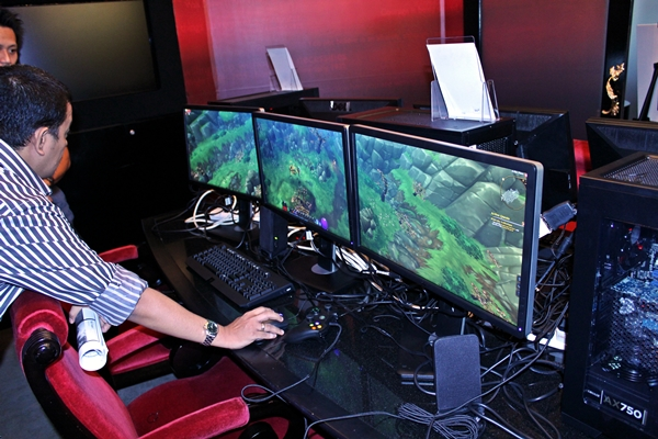 The AMD Eyefinity gaming demonstration was conducted with a system that featured the top-end AMD A10-5800K APU.