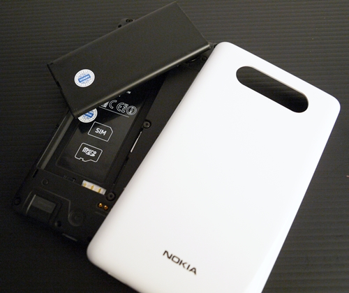 It takes too much effort on our part to pry open the phone's cover (true story - at one point, we almost gave up). It's a concern that Nokia should look into and make rear covers that are easy to remove.