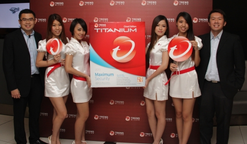 Terrence Tang, Regional Director & Consumer Business (1st from left) and Andrew Tan, Product Marketing Manager (Consumer), Southeast Asia (1st from right) pose with the models before the event commenced