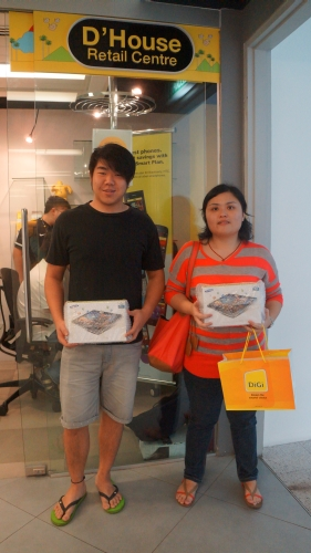 Keow Wee King (left) and Joan Yap Leng (right), winners of the DiGi Deep Green Handset Recycling Campaign from Kuala Lumpur