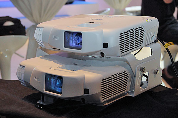 The EB-W16SK stacks two projectors to achieve a passive 3D setup. The package comes with a stack mount and a pair of polarizing plates. Also supplied is a pair of passive glasses.
