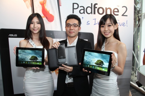 Li Huai Pin (middle), Country Product Manager, ASUS Malaysia, with the new Padfone 2. Flanking him from both sides are two lovely ladies, each holding a Padfone 2.