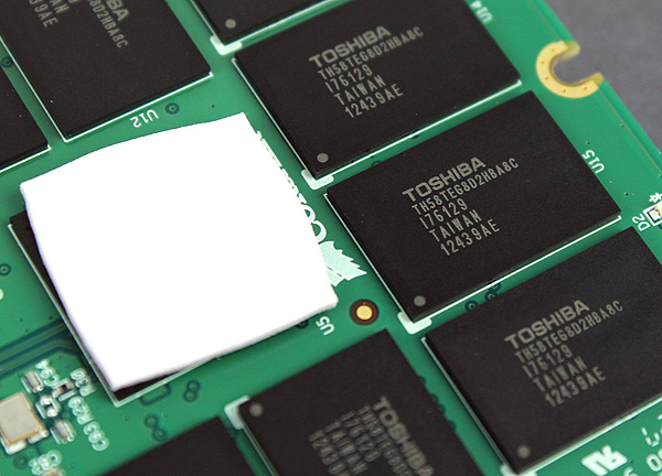 The LAMD LM87800 controller is concealed by a thermal pad, but the Toshiba toggle mode NAND chips are clearly visible.