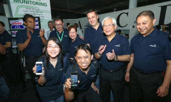 Wong Tee Wee and wife, Chin Yen Yee (front row) celebrate being the first two customers to receive their iPhone 5, together with Maxis' management team at Maxis' iPhone 5 launch event yesterday