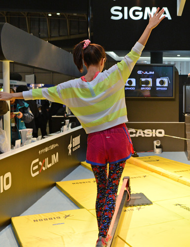 To let attendees have a taste of the EX-ZR700 and EX-ZR400's capabilities, Casio hired some performers to walk on Gibbon Slacklines, a form of tightrope wallking. We managed to get some nice shots where the camera freezed the action, a sign of fast autofocus speed and low shutter lag.