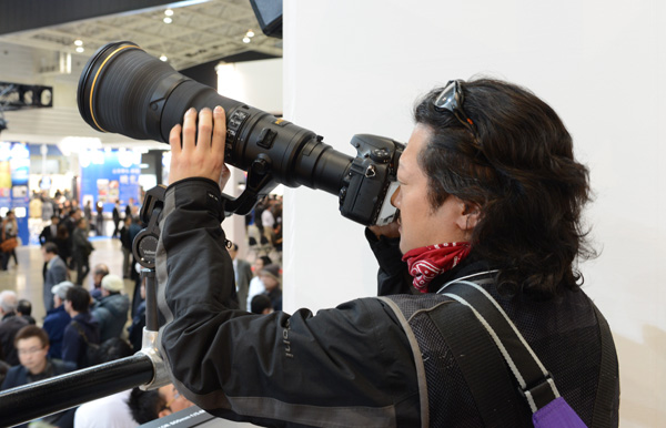 There was no lack of people who fancied a go at Nikon's new AF-S Nikkor 800mm f/5.6E FL ED VR  lens