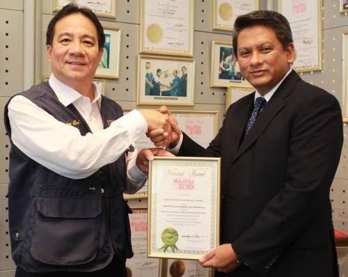 Datuk Danny Ooi, Founder and Managing Director of the Malaysia Book of Records (MBOR) and Rohizam Md Yusoff, Chief Executive Officer of Creative Advances Technology Sdn Bhd (CAT)