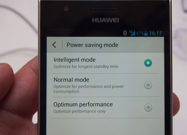 A similar concept found in many recent Android smartphones, you can enable power-saving features on the Huawei Ascend P2 to extend its battery life.