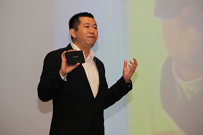 Andrew Woon, director TV & AV, Samsung SE Asia, Oceania & Taiwan, holds an Evolution Kit in his hands.