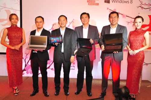 (2nd from left) Benjamin Ow, Consumer Product Manager Lenovo, ASEAN; Khoo Hung Chuan, Country General Manager, Lenovo Malaysia; Hon Kar Weng, Think Business Unit, Lenovo ASEAN Relationship Segment; and  Sunny Ooi, Consumer Channels Group Director, Microsoft Malaysia
