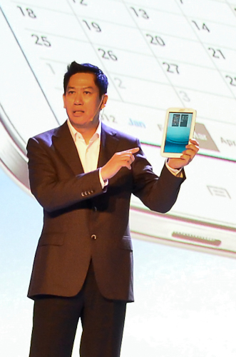Andreas Rompis of Samsung Electronics Indonesia, showcasing the Samsung GALAXY Note 8.0