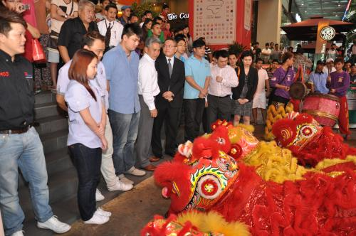 The Lion Dancer accepting the Pomelos offered to them by the Seagate executives and resellers