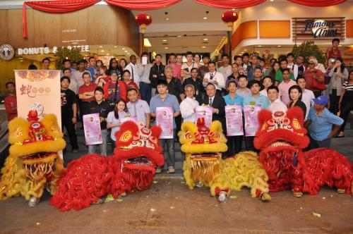 Seagate Executives and resellers present during the lion dance. Seen in middle are Michael Lee, General Manager, Property Management and Operations, Plaza Low Yat and Futoshi Niizuma, Executive Director, ANZ, ASEAN, JAPAN & SAARC, Sales & Marketing, Nippon Seagate Inc. Also present for the event were Caroline Tee, Country Manager, ASEAN Region, Seagate International Headquarters Pte Ltd (front row, 2nd from right) and Ronnie Ng, Seagate's ASEAN Country Manager (front row, 3rd from right).