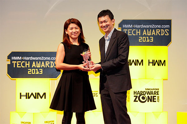 HP came out tops in the polls for Best Desktop PC Brand. Here's Ms. Lin Yun Yun, Market Development Manager for HP Singapore (Sales) receiving the trophy from the hands of Dr. Tang.