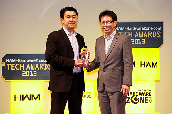 Linksys walked home with the Readers' Choice trophy for Best Wireless Networking Brand. Here's Mr Boon Ping Tang, Director, Asia Sales, Home Networking Business Unit of Cisco Systems, receiving the trophy from the hands of Mr. Eugene Low, Deputy MD of SPH Magazines.