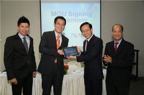 Samsung Asia Managing Director Harry Lee presenting the GALAXY Note 10.1 LTE to NYP Principal and CEO Chan Lee Mun. (Image source: Samsung)