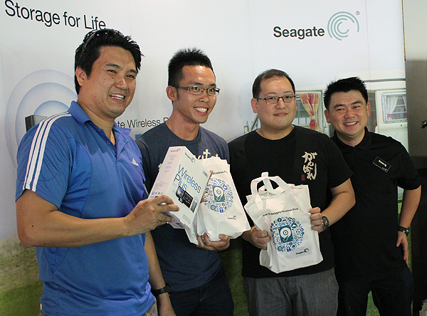 Happy members posing with their Seagate Wireless Plus drive along with Seagate's country manager, Ronnie Ng (extreme right).