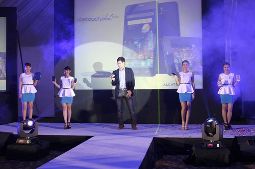 Alcatel One Touch devices on the catwalk
