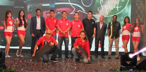 VIPs including Mantosh Malhorta, Senior Director of Business Development Country Head Philippines, Singapore & Malaysia, Qualcomm Incorporated (3rd from left); Sean Ng, Chief Executive Officer, Ninetology (6th from left) and Jason Lo, Chief Executive Officer, Tune Talk (5th from right) posing for a photo after the launch of the Pearl Mini.