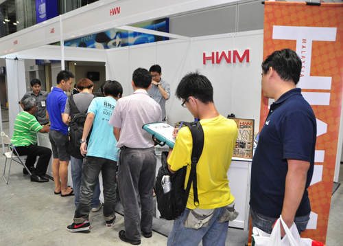 An eager crowd queuing up to subscribe to HWM and GAX Malaysia.