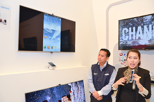 The features of the Samsung Smart LED TV F8000 being explained