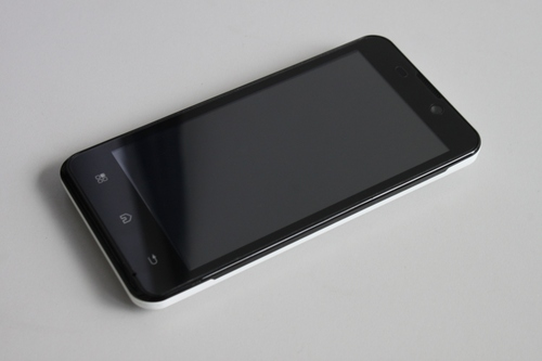 Kata i1 comes in two tones - black in front and white on the back.