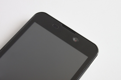 On top, the Kata i1 sports a 1.3-megapixel front-facing camera and near it is the speaker grille.