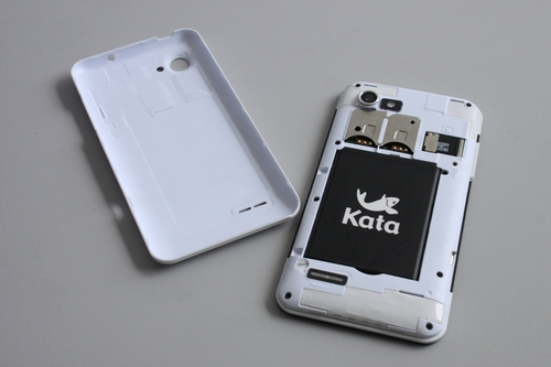 Removing the back cover of the smartphone, we can see here that the Kata i1 is a dual-SIM device. Adjacent to the SIM slots is the microSD slot.