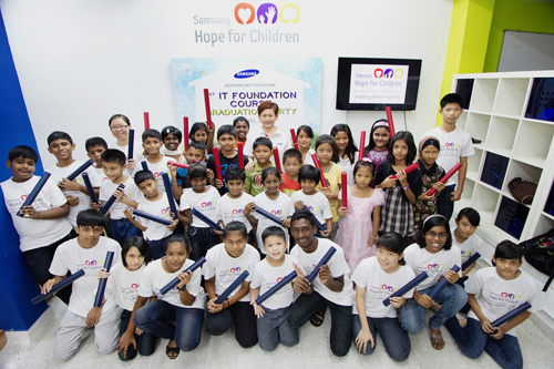 The children showing off their scrolls with Elaine Soh, Head of Corporate and Branding of Samsung Malaysia Electronics (right at the back)