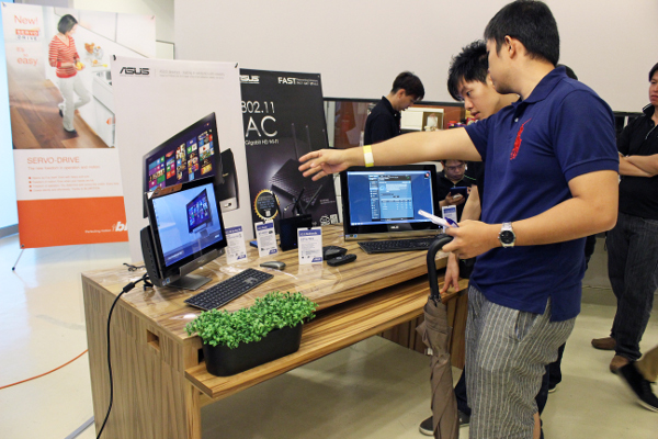 A curious attendee finds out more about the various ASUS products on display and they can work together. The left product is the ASUS Transformer AIO system and the other to its right is the ASUS ET2220 AIO PC.