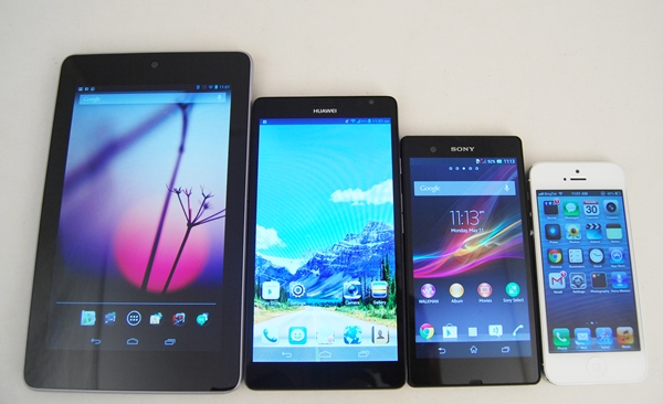 The Huawei Ascend Mate is approaching the 7-inch tablet territory. <br>From left to right: ASUS Nexus 7, Huawei Ascend Mate, Sony Xperia Z and Apple iPhone 5.