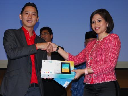 From L-R: Sean Ng, Chief Executive Officer, Ninetology and Che Puan Azrinaz Mazhar Hakim, Director at Clixster Mobile Sdn Bhd