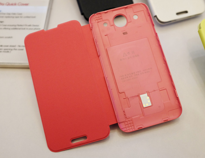 The G Pro Quick Cover replaces your back battery cover. Here you can see the NFC chip installed in it.