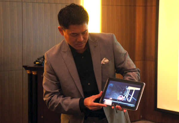 Mr Teh, Senior Vice President & Managing Director Sales & Marketing for Seagate Asia Pacific & Japan, demonstrating a working prototype tablet that's fitted with the new Laptop Ultrathin HDD.