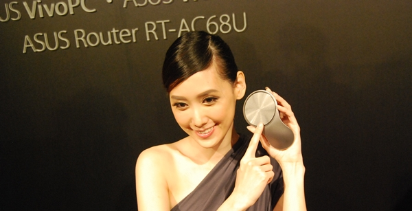 The model was photographed pointing at the touchpad of the VivoMouse.